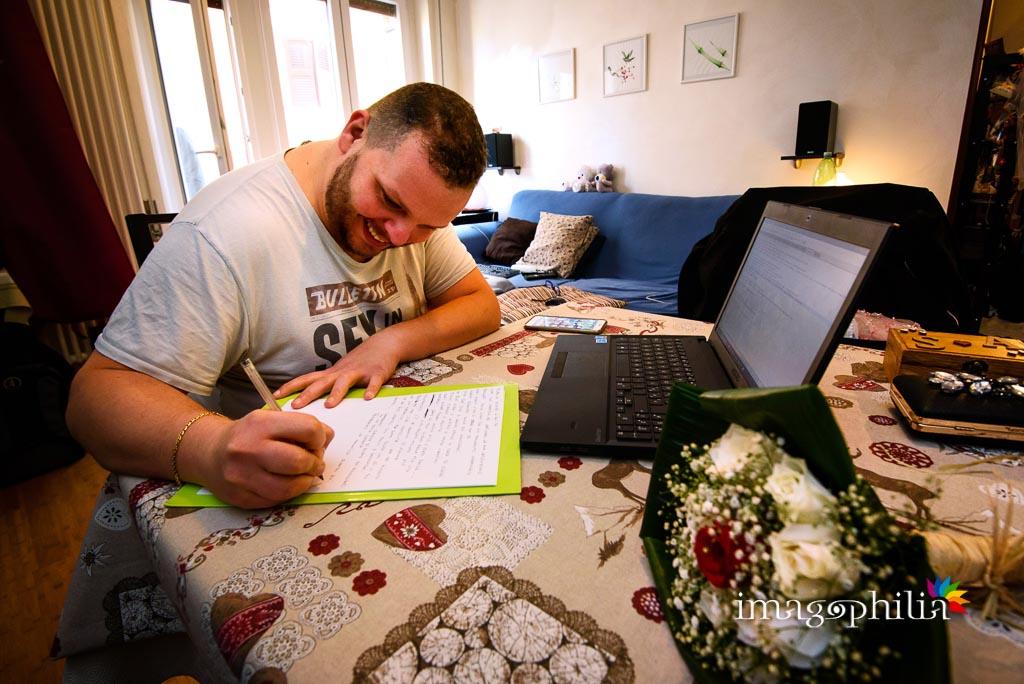 Lo sposo scrive la sua promessa di matrimonio