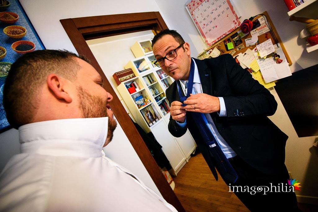 Il fratello sistema la cravatta dello sposo