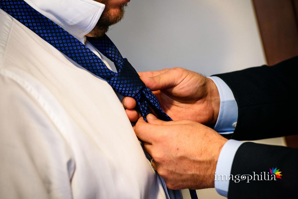 Il fratello sistema la cravatta allo sposo