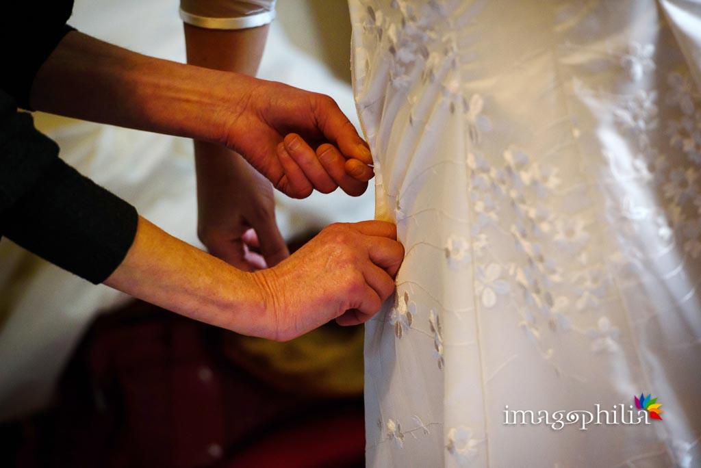 Dettaglio dell'allacciatura dell'abito da sposa