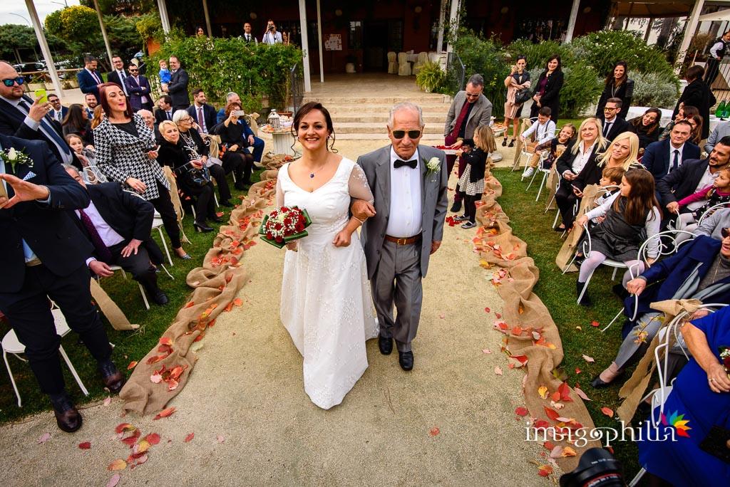 Ingresso della sposa accompagnata dal papà durante il matrimonio al New Green Hill di Roma
