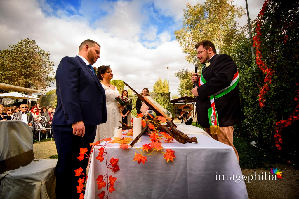 Gli sposi di fronte al celebrante durante il matrimonio al New Green Hill di Roma