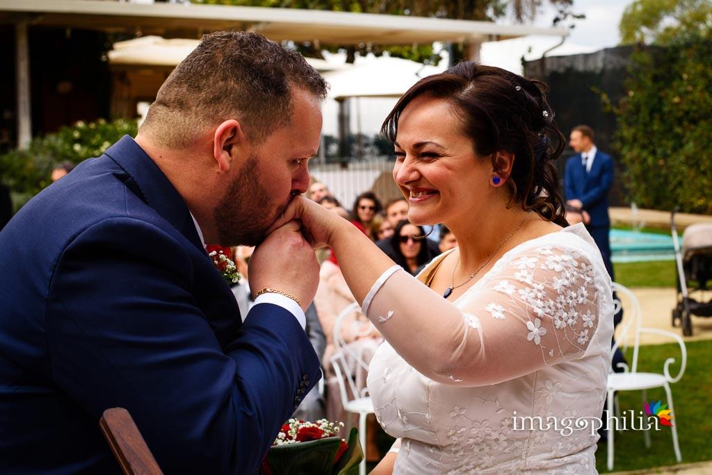 Baciamano dopo lo scambio delle fedi al matrimonio al New Green Hill di Roma