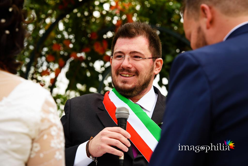 Il celebrante autorizza il bacio con la consueta formula durante il matrimonio al New Green Hill di Roma