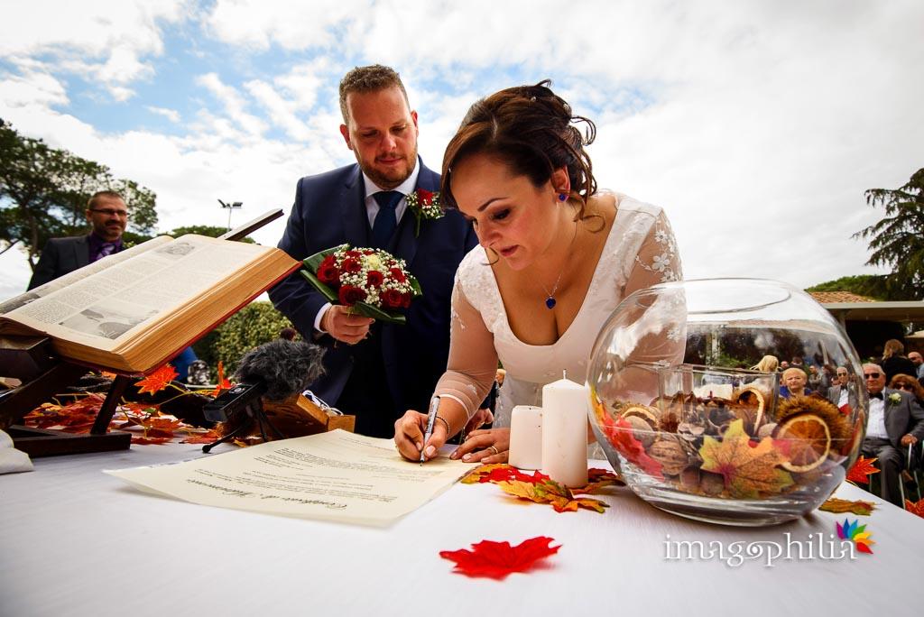 La sposa firma al termine del matrimonio al New Green Hill di Roma