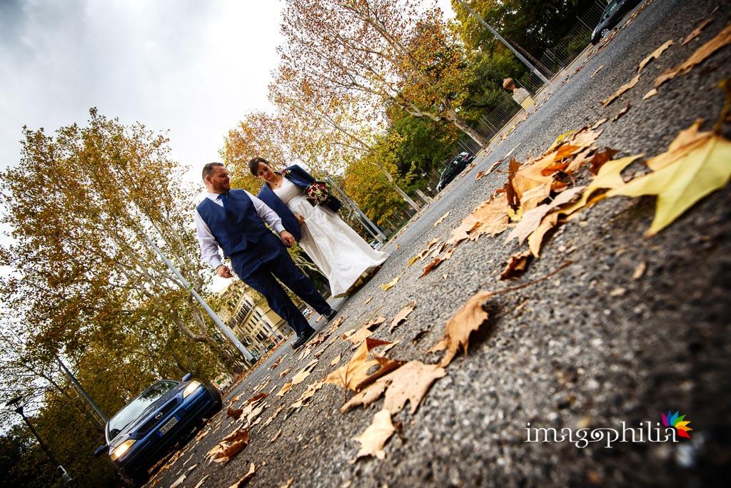 Gli sposi su via Nomentana all'ingresso di Villa Torlonia a Roma