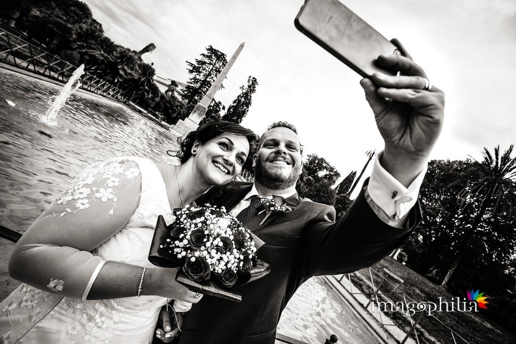 Selfie degli sposi a Villa Torlonia, Roma