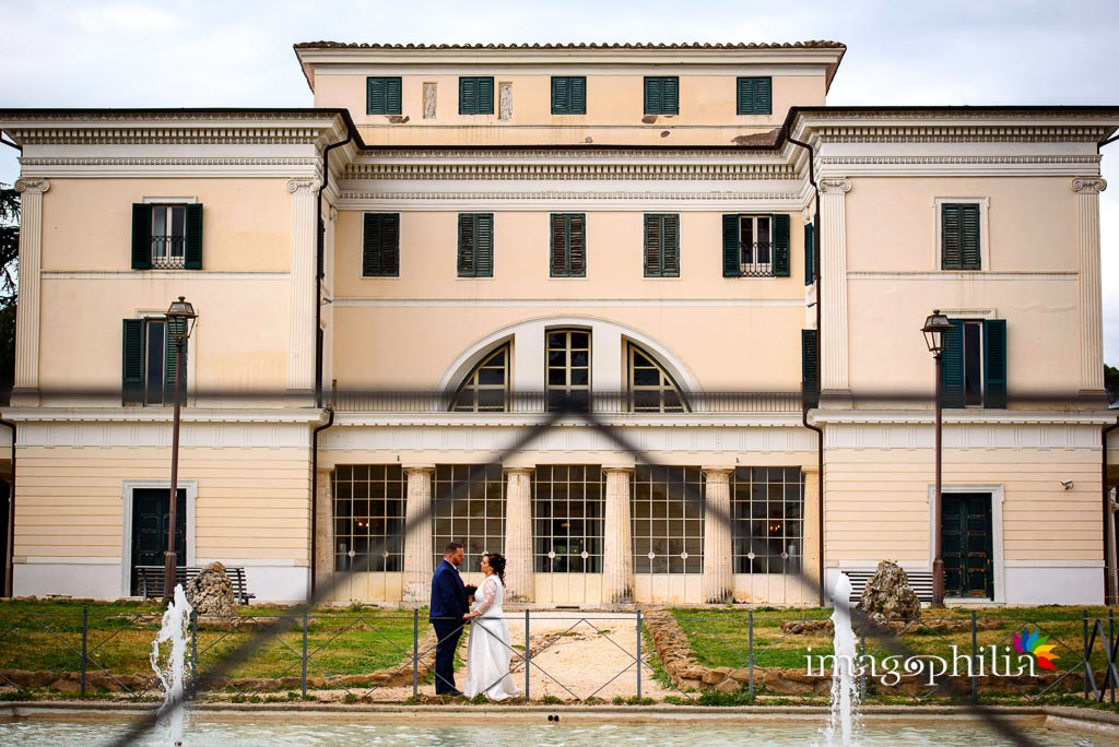 Gli sposi ritratti a Villa Torlonia dopo il matrimonio