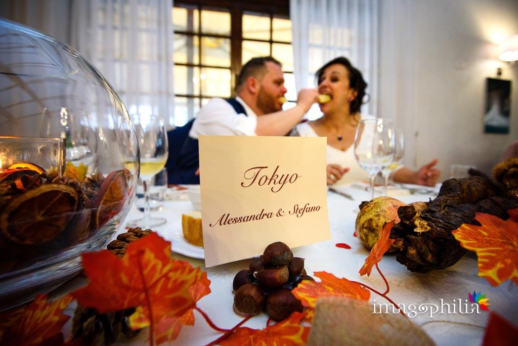 Gli sposi si imboccano al ricevimento di matrimonio presso il New Green Hill di Roma