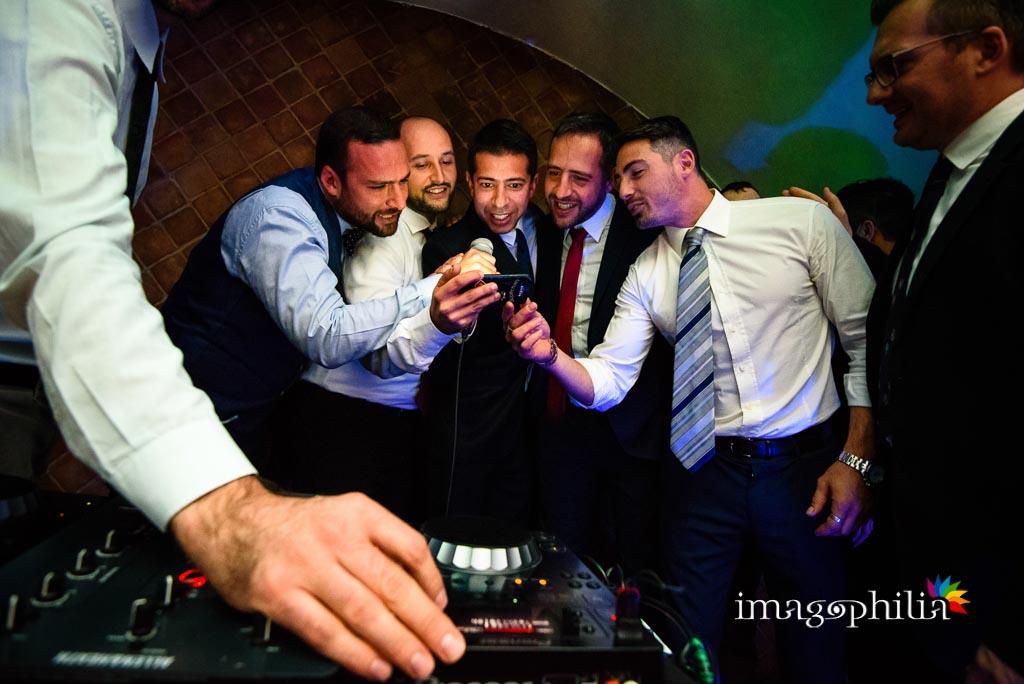 Gli amici dedicano una canzone agli sposi durante il ricevimento di matrimonio presso il New Green Hill di Roma