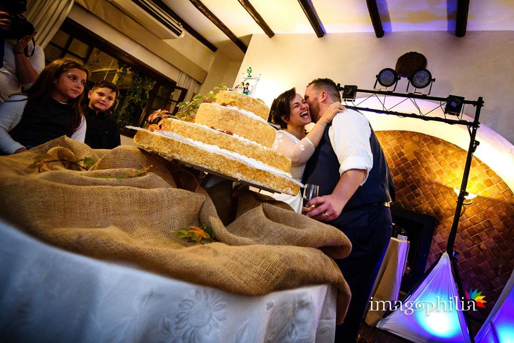 Bacio dopo il taglio della torta al termine del ricevimento di matrimonio presso il New Green Hill di Roma