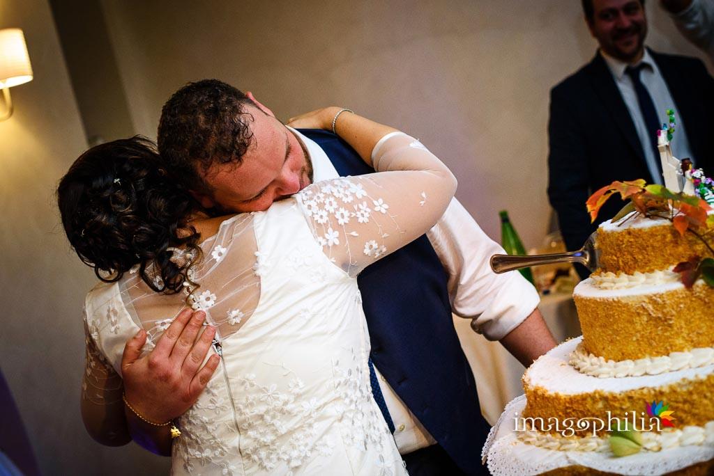 Abbraccio dopo il taglio della torta al termine del ricevimento di matrimonio presso il New Green Hill di Roma