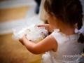 La figlia degli sposi porta le fedi durante il matrimonio nella Chiesa di Santa Maria Assunta in Cielo ad Ariccia