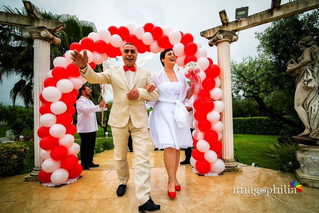 Ingresso della sposa, con il padre, a Villa Mary prima del rito laico-umanista