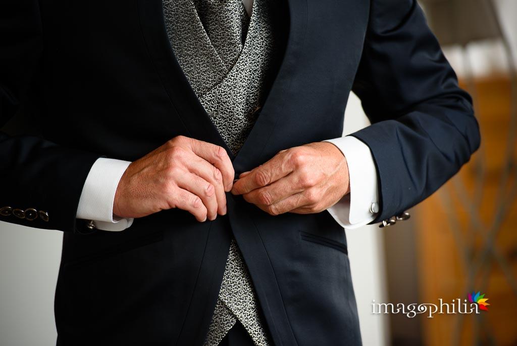 Dettaglio della preparazione dello sposo nella suite di Villa Pocci