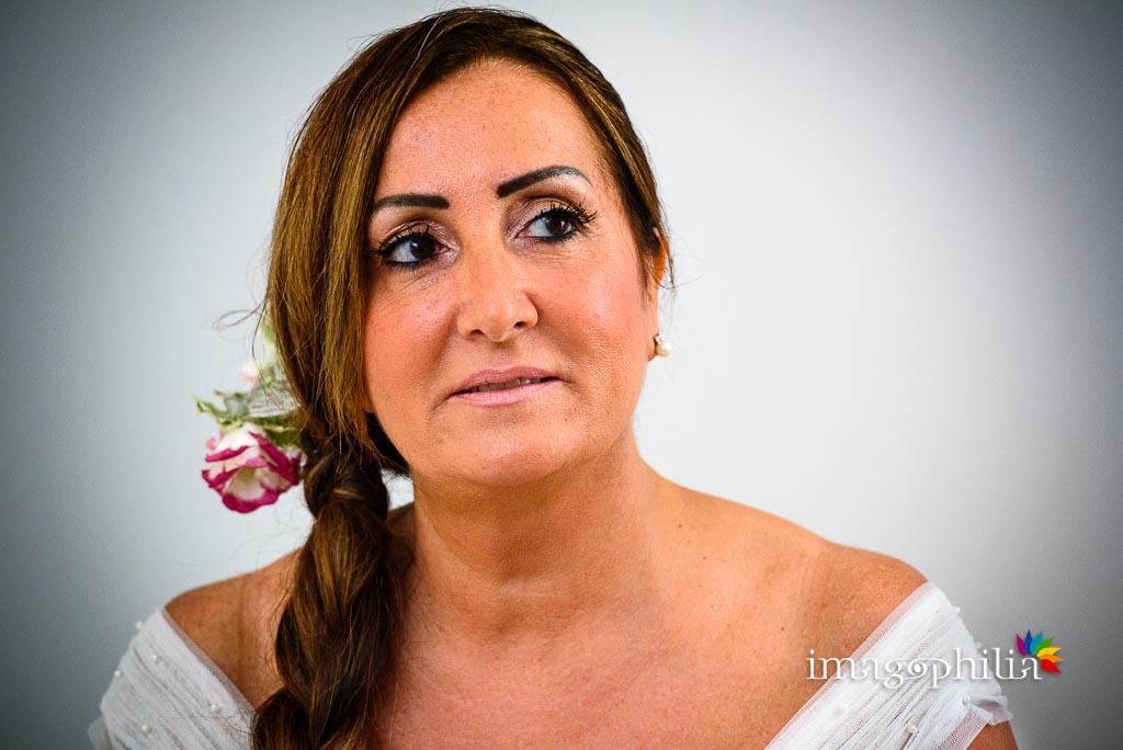Ritratto della sposa quasi al termine della preparazione