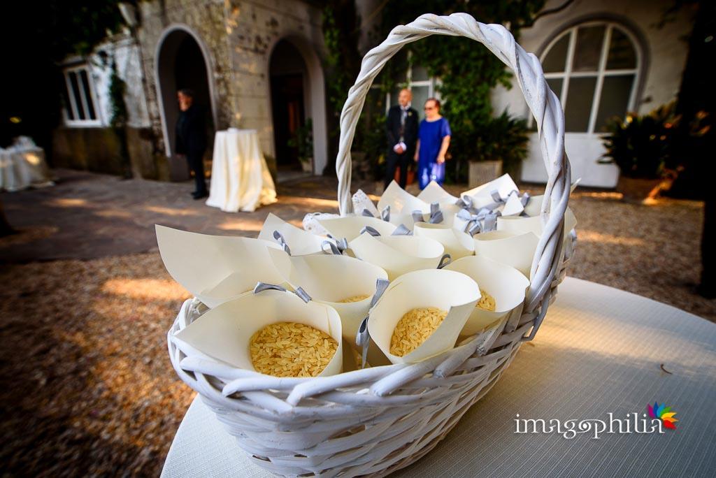 Conetti di riso a Villa Pocci lasciano intravedere l'attesa dello sposo accanto alla madre
