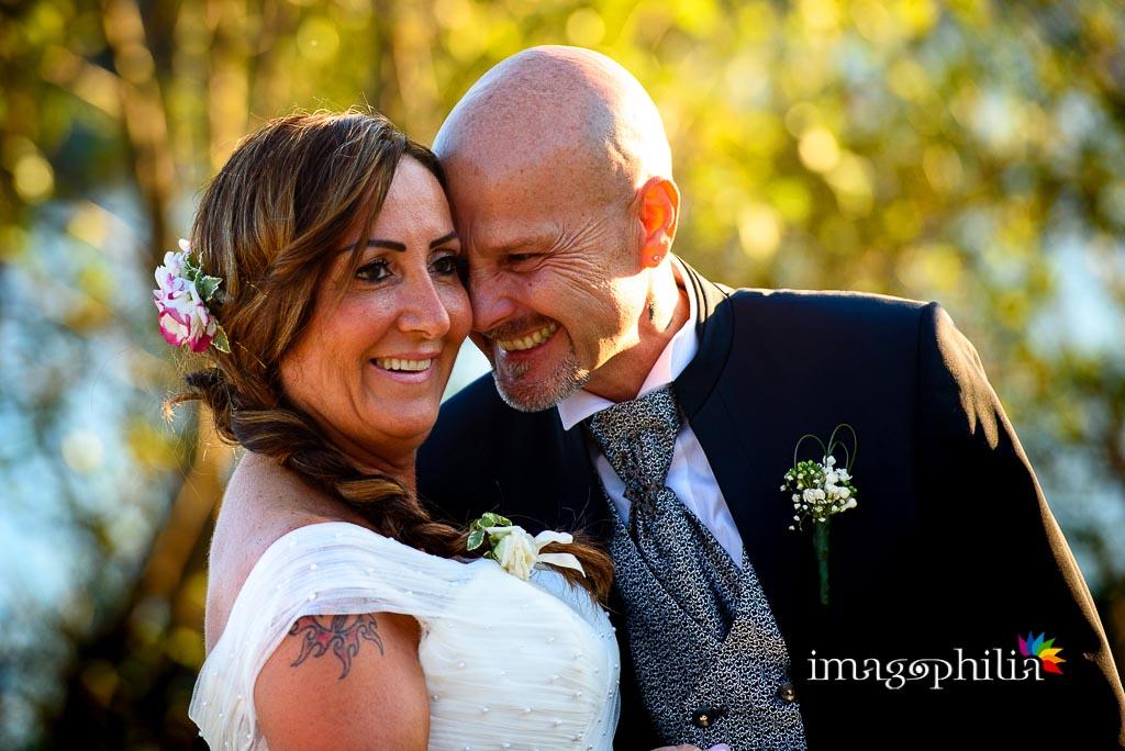 Momenti teneri tra gli sposi sulla riva del Lago Albano a Castel Gandolfo / 1