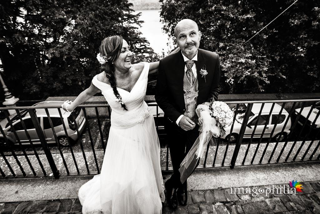 Gli sposi se la ridono su uno degli affacci di Castel Gandolfo da cui si intravede il Lago Albano