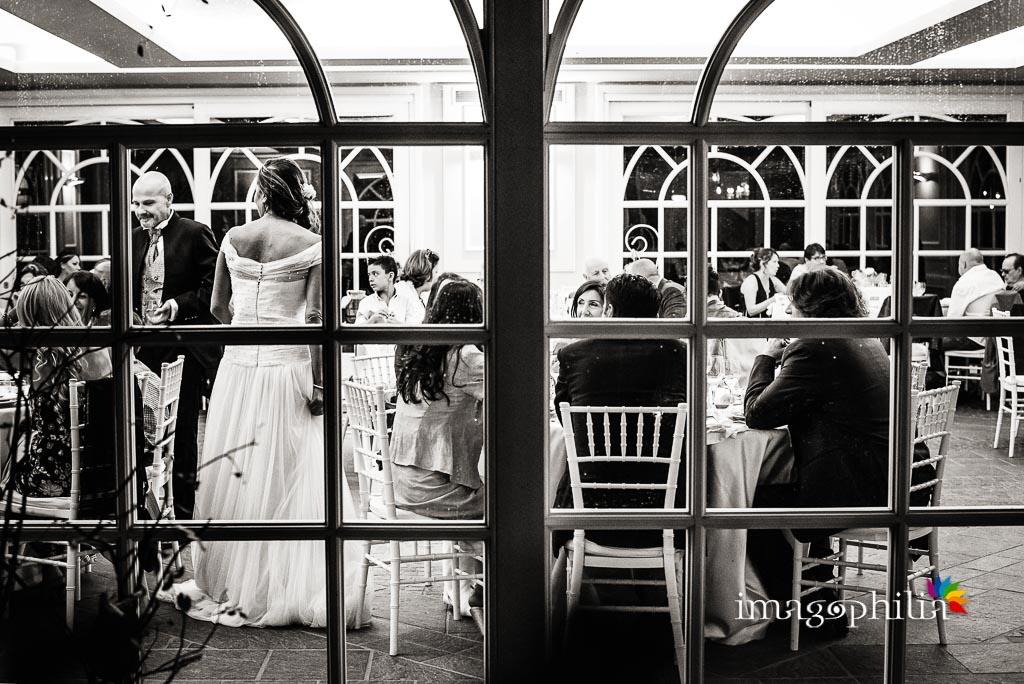 Veduta dall'esterno della sala di Villa Pocci durante il ricevimento di matrimonio