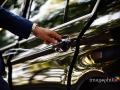 Dettaglio dell'apertura dello sportello della macchina della sposa a Villa Pocci