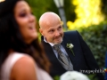 """Lo sposo fa capolino per seguire l'ingresso della sua """"quasi"""" sposa"""