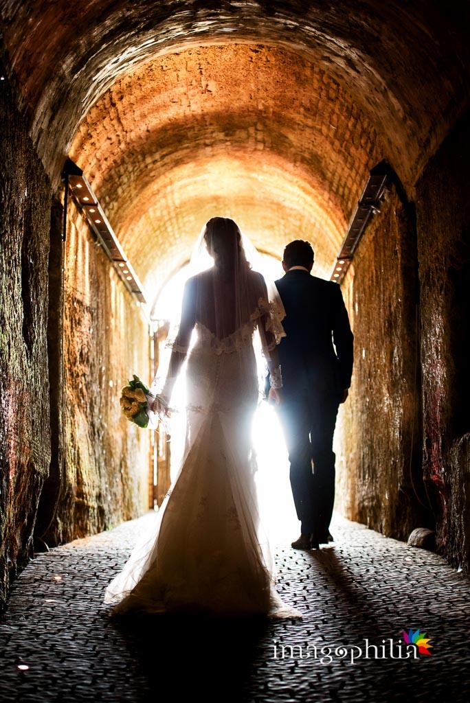 Subito dopo il matrimonio, gli sposi escono dalla grotta dopo l'aperitivo a La Collinetta Eventi di Vermicino (Roma)