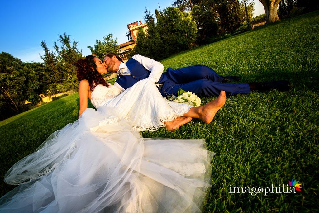 Bacio tra gli sposi dopo il matrimonio a La Collinetta Eventi di Vermicino (Roma)
