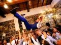 Lo sposo viene lanciato in aria dagli amici durante il ricevimento di nozze a La Collinetta Eventi di Vermicino (Roma)