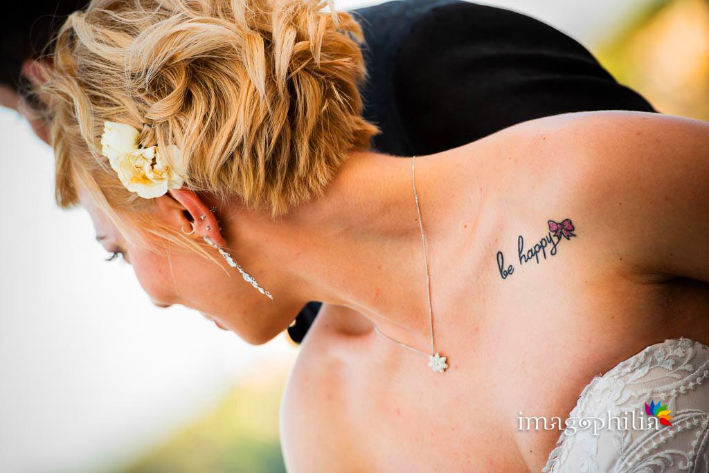 Dettaglio del tatuaggio della sposa