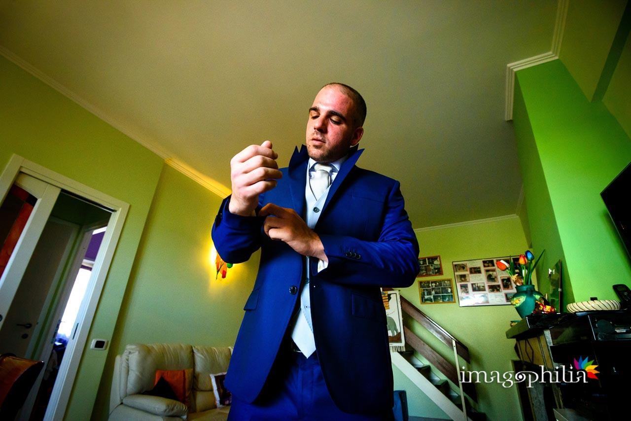 Lo sposo si aggiusta la giacca
