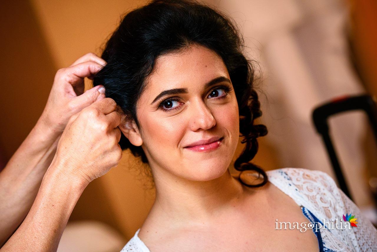 Ritratto della sposa durante la preparazione