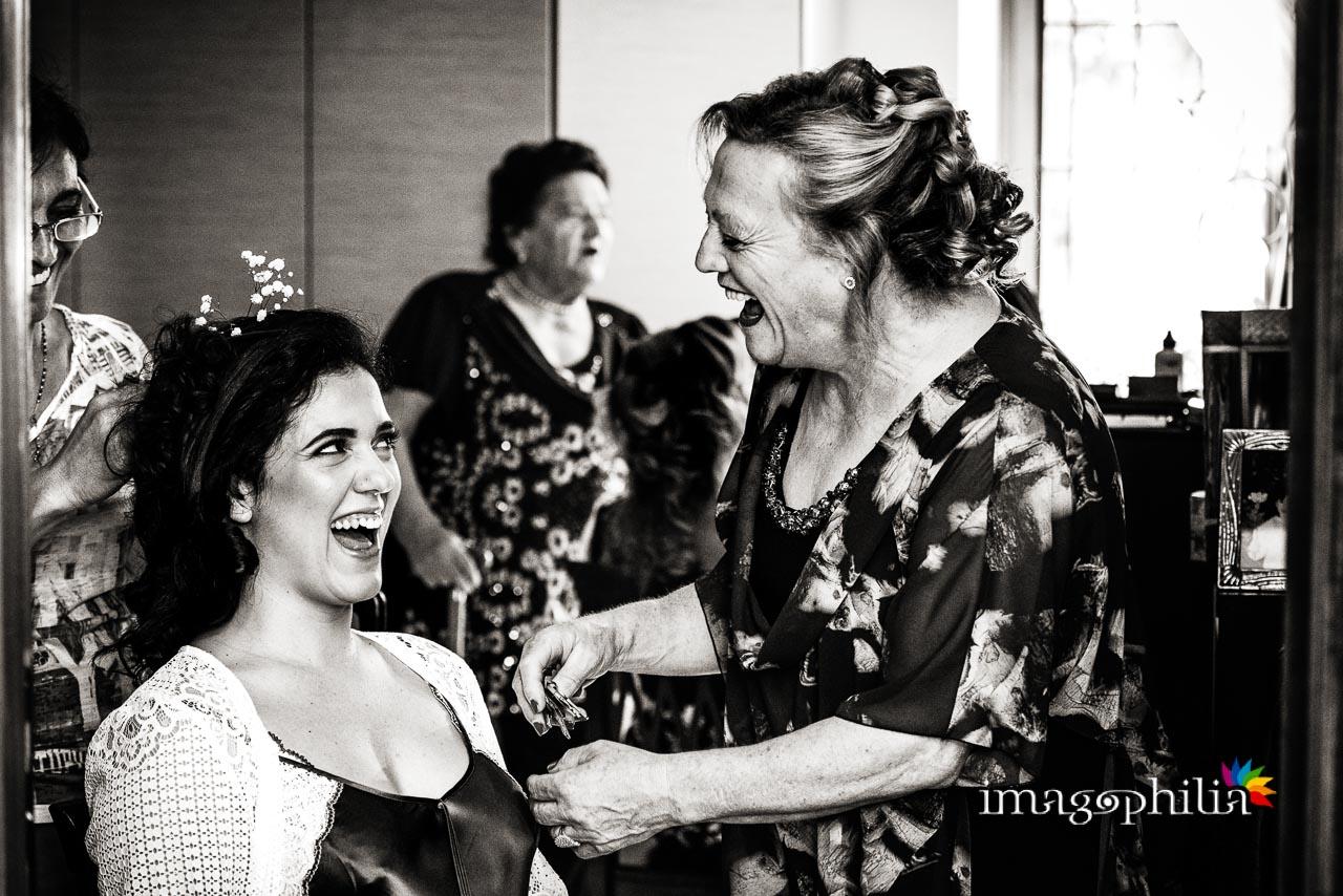 La sposa se la ride con la zia durante la sua preparazione