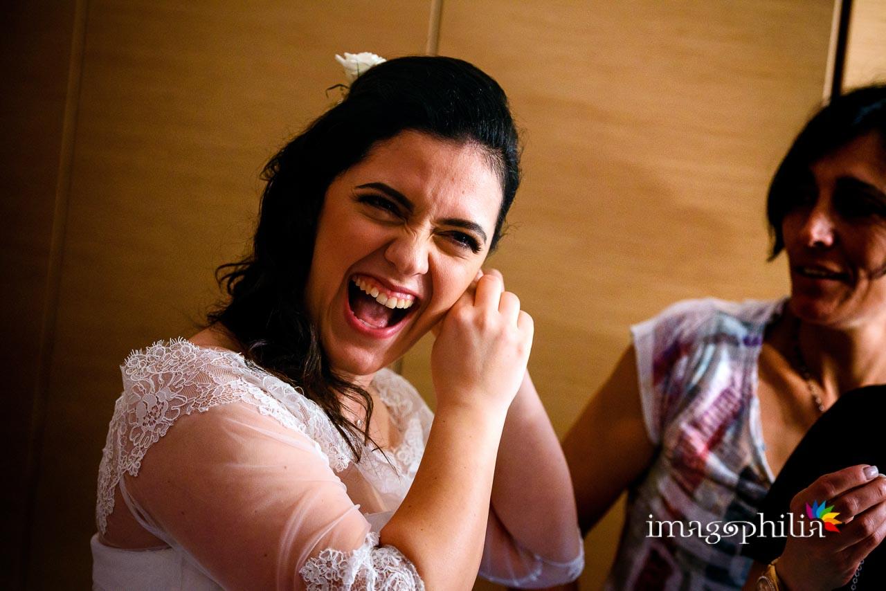 La sposa si sganascia dalle risate mentre tenta di mettersi un orecchino