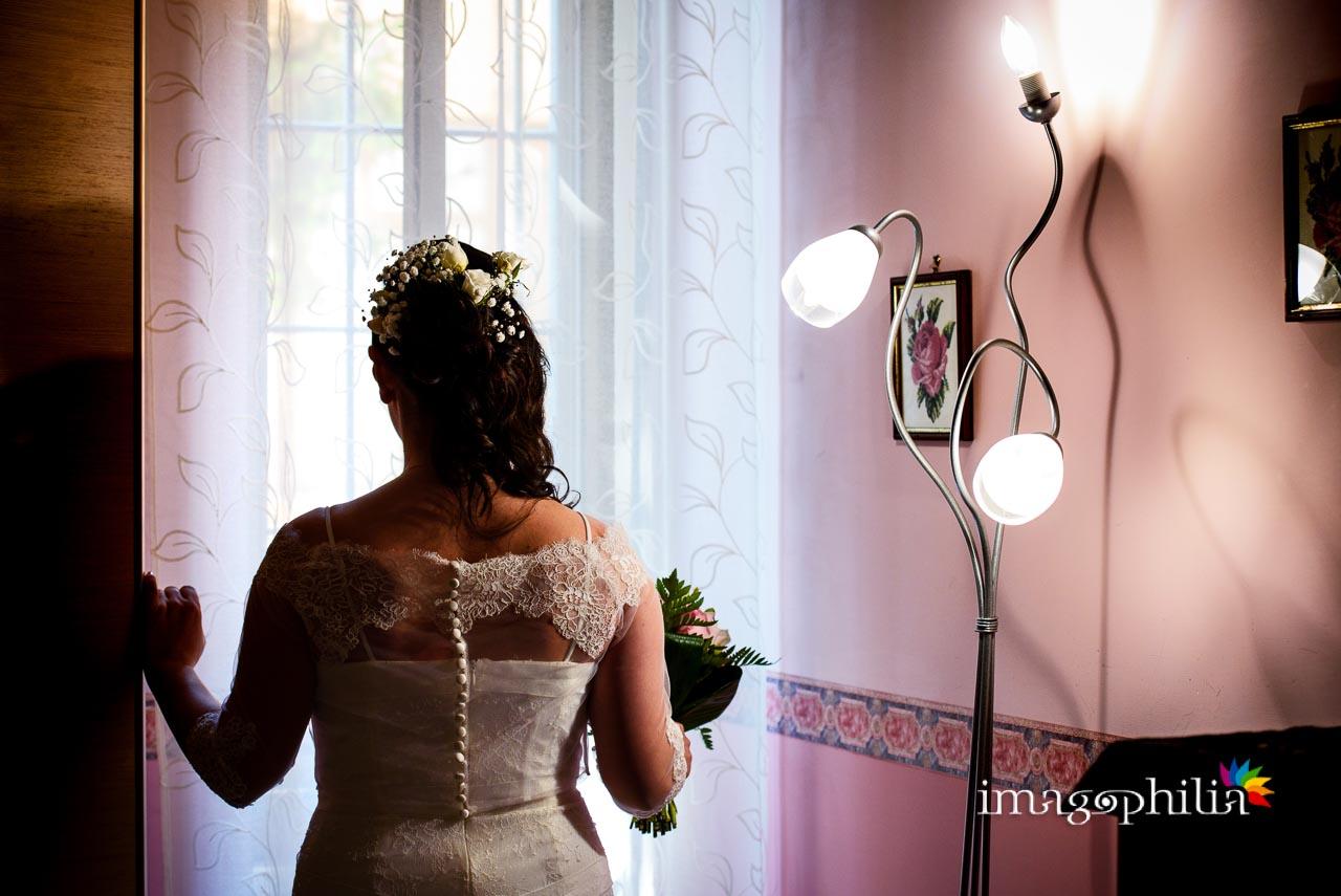 La sposa scruta dalla finestra cosa accade fuori casa