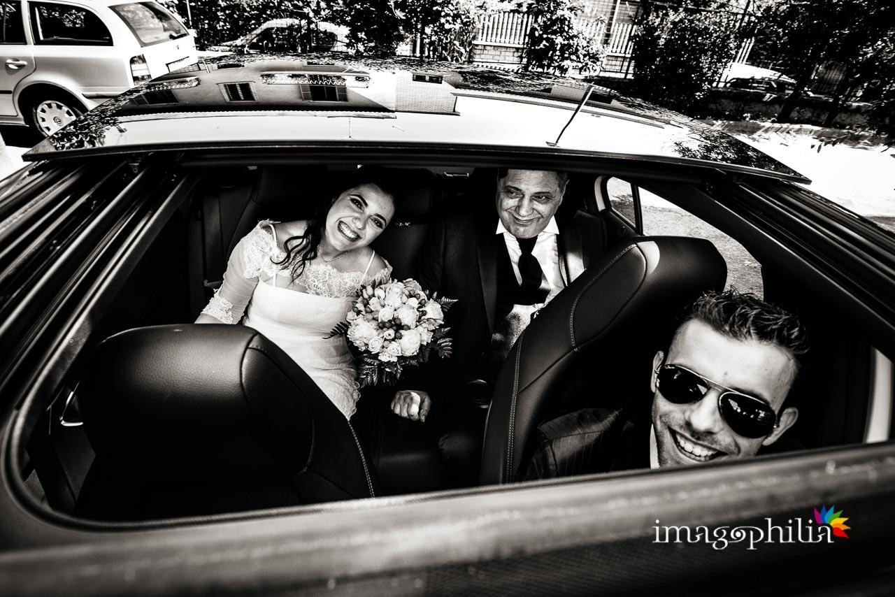 La sposa, il papà e l'amico-autista sono pronti per partire