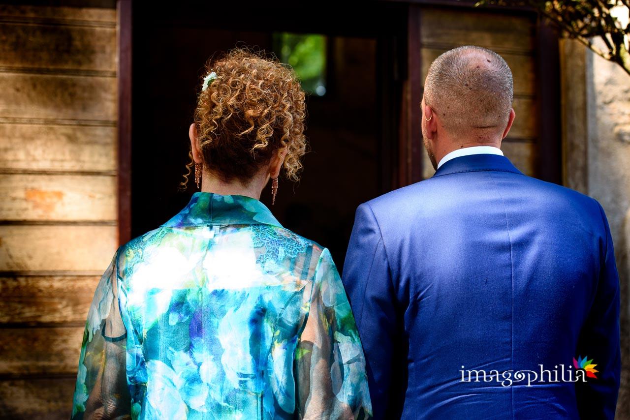 Lo sposo insieme alla mamma sono pronti per entrare nel Complesso Vignola Mattei (Chiesa sconsacrata di Santa Maria in Tempulo a Caracalla, Roma) per il matrimonio che sta per iniziare