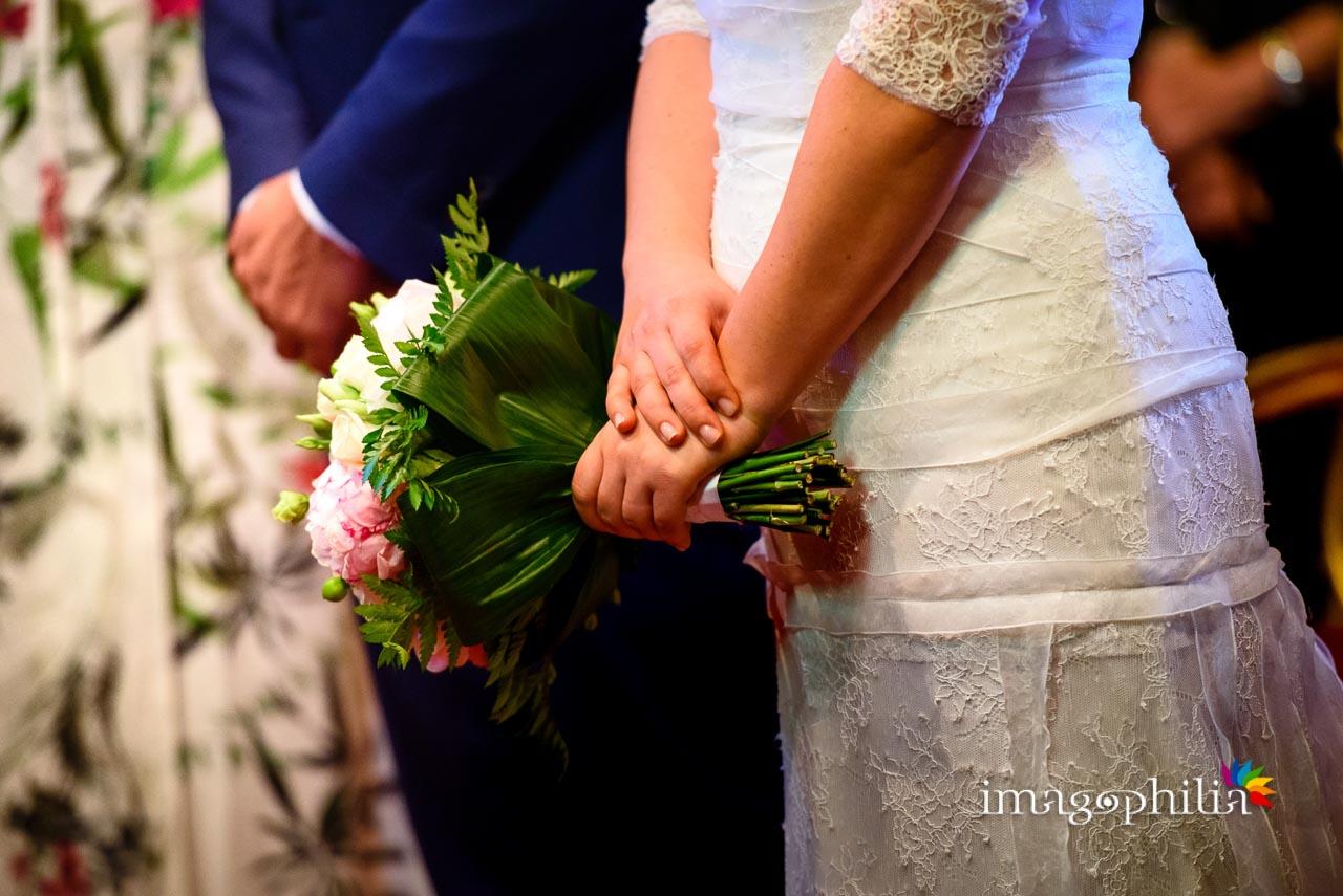Dettaglio del bouquet della sposa durante il matrimonio civile nel Complesso Vignola Mattei (Chiesa sconsacrata di Santa Maria in Tempulo a Caracalla, Roma)