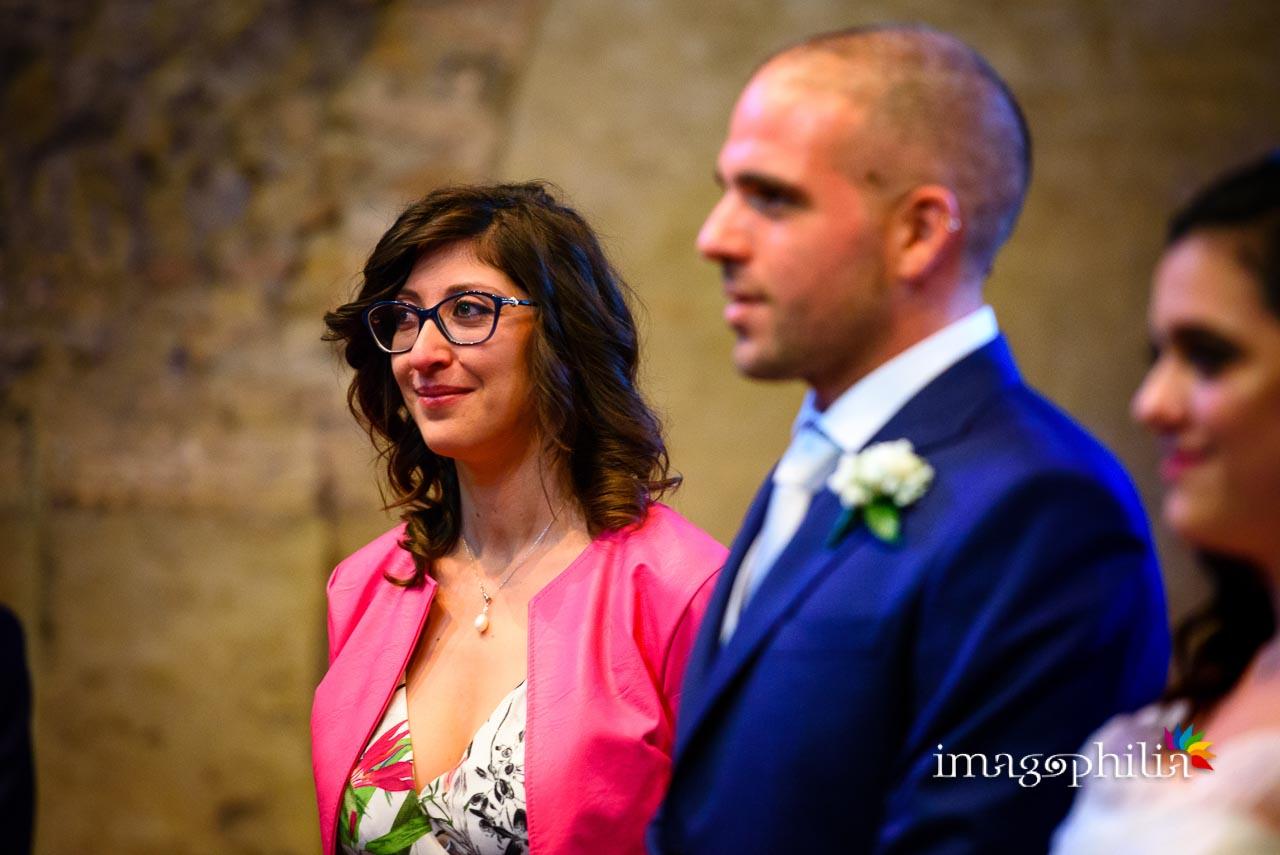 Ritratto della testimone dello sposo, visibilmente commossa, durante il matrimonio civile nel Complesso Vignola Mattei (Chiesa sconsacrata di Santa Maria in Tempulo a Caracalla, Roma)