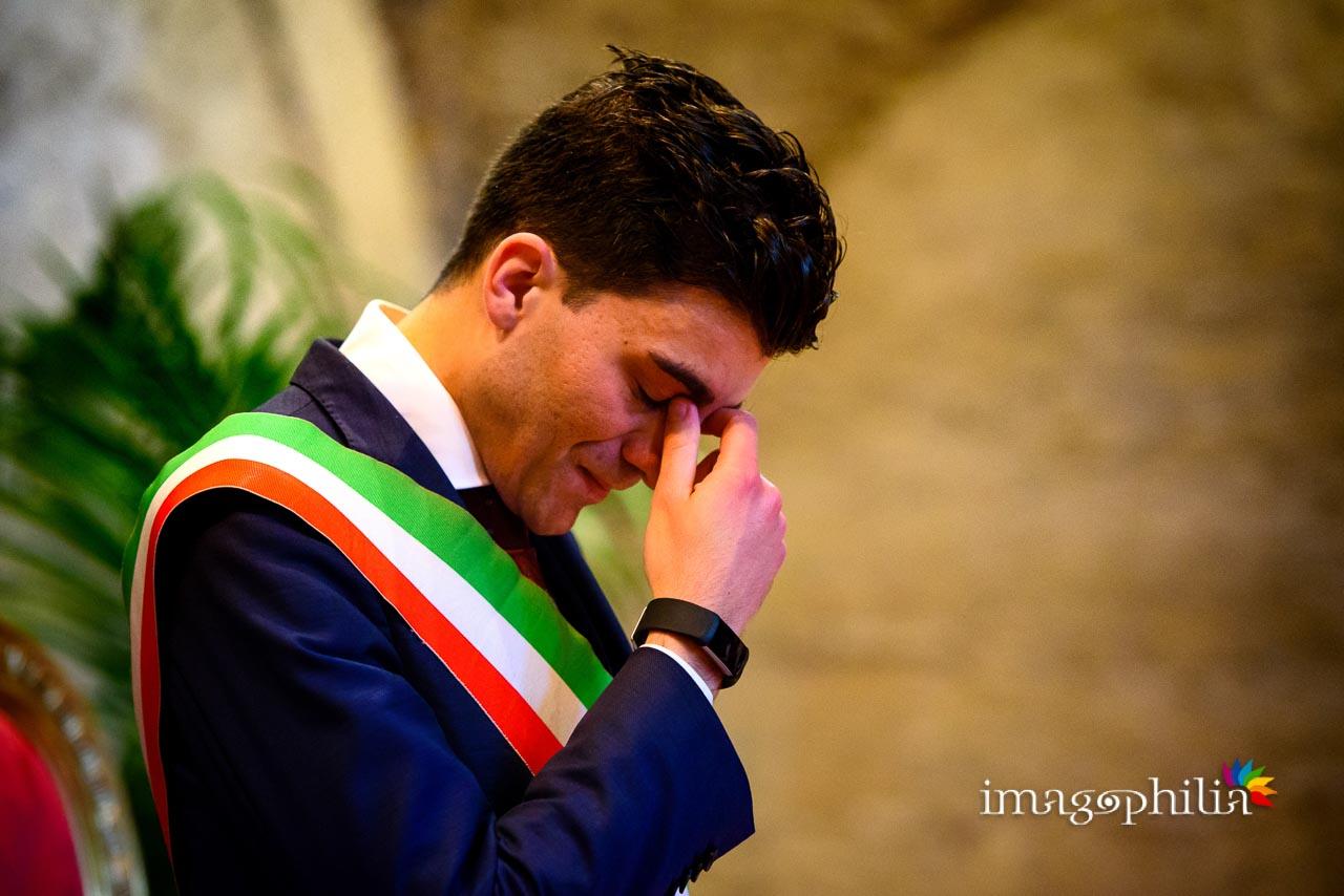 Anche l'amico-celebrante tenta a fatica di trattenere le lacrime durante il matrimonio civile nel Complesso Vignola Mattei (Chiesa sconsacrata di Santa Maria in Tempulo a Caracalla, Roma)