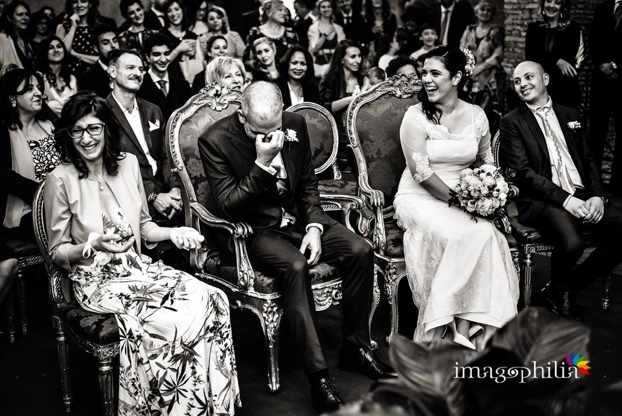 Tra le emozioni più disparate, gli sposi e i loro testimoni sono qui ritratti durante il matrimonio civile nel Complesso Vignola Mattei (Chiesa sconsacrata di Santa Maria in Tempulo a Caracalla, Roma)