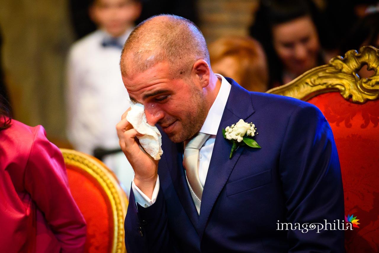 Anche lo sposo adesso non trattiene la sua commozione durante il matrimonio civile nel Complesso Vignola Mattei (Chiesa sconsacrata di Santa Maria in Tempulo a Caracalla, Roma)