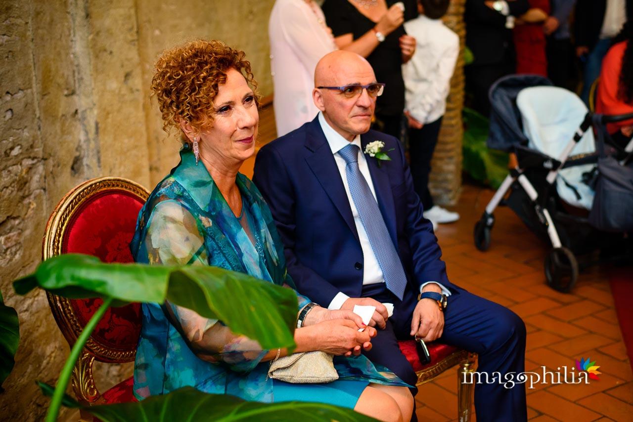 I genitori dello sposo in sala durante il matrimonio civile nel Complesso Vignola Mattei (Chiesa sconsacrata di Santa Maria in Tempulo a Caracalla, Roma)