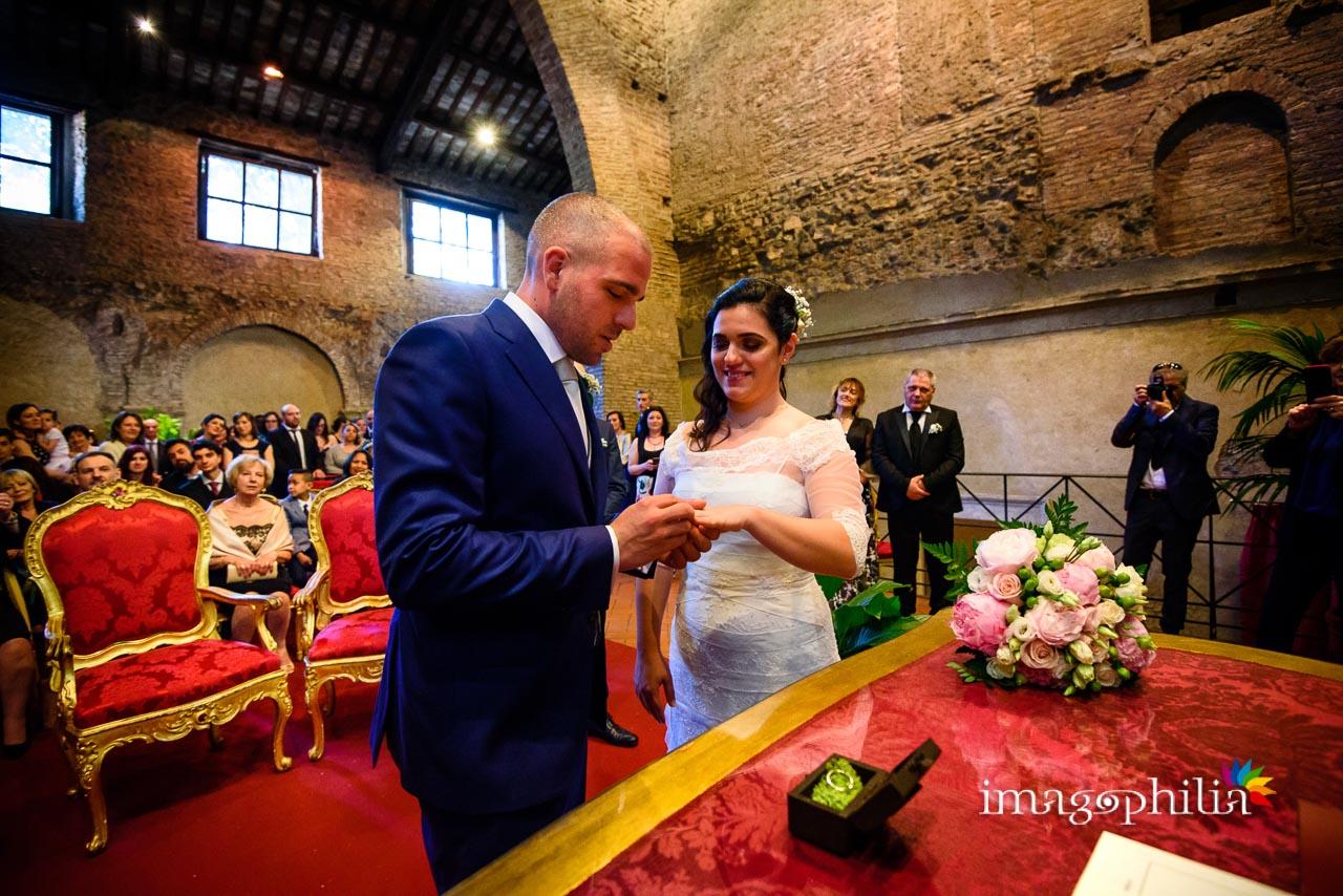 Scambio degli anelli durante il matrimonio civile nel Complesso Vignola Mattei (Chiesa sconsacrata di Santa Maria in Tempulo a Caracalla, Roma)