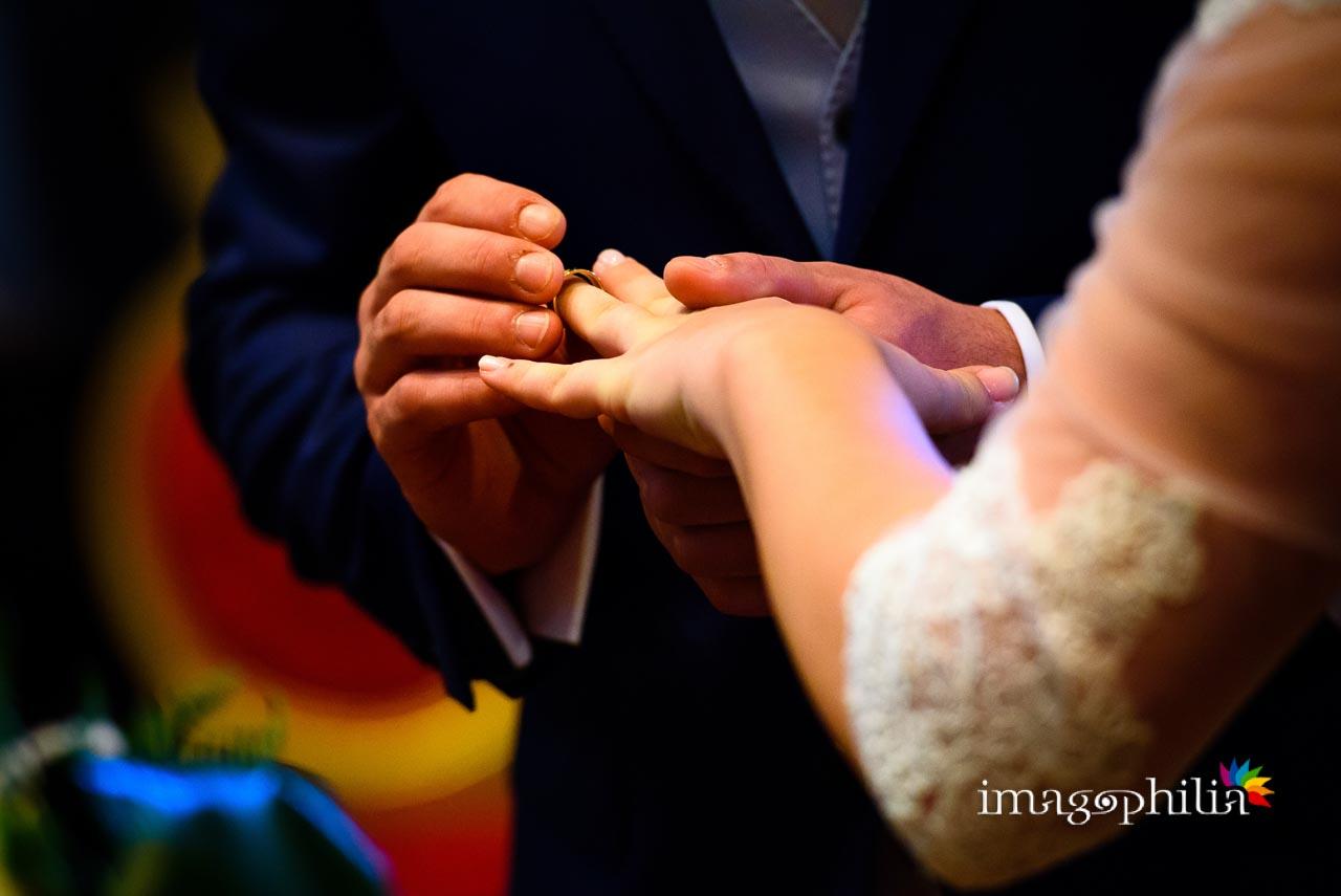 Dettaglio dello scambio degli anelli durante il matrimonio civile nel Complesso Vignola Mattei (Chiesa sconsacrata di Santa Maria in Tempulo a Caracalla, Roma)