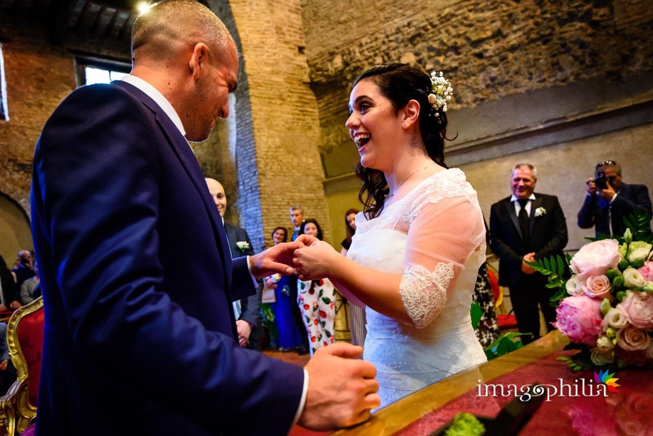 Momenti di ilarità mentre gli sposi si scambiano gli anelli durante il matrimonio civile nel Complesso Vignola Mattei (Chiesa sconsacrata di Santa Maria in Tempulo a Caracalla, Roma)