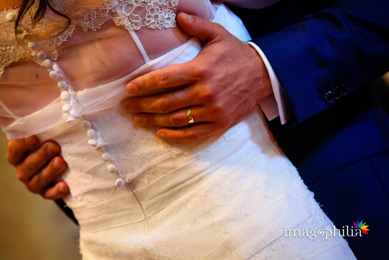 Finalmente si sente: «Può baciare la sposa!» durante il matrimonio civile nel Complesso Vignola Mattei (Chiesa sconsacrata di Santa Maria in Tempulo a Caracalla, Roma) / 1