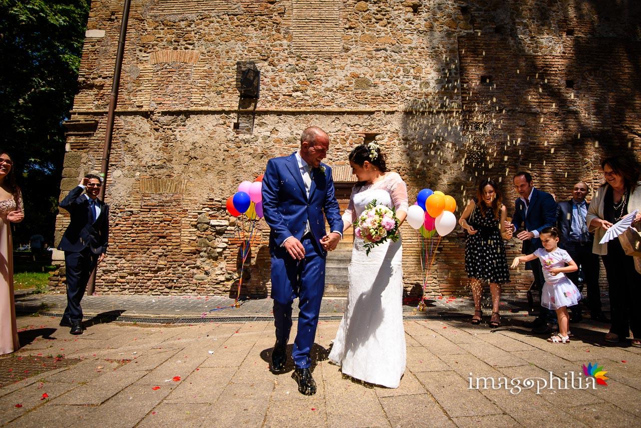 Lancio del riso all'uscita degli sposi al termine del matrimonio civile nel Complesso Vignola Mattei (Chiesa sconsacrata di Santa Maria in Tempulo a Caracalla, Roma)