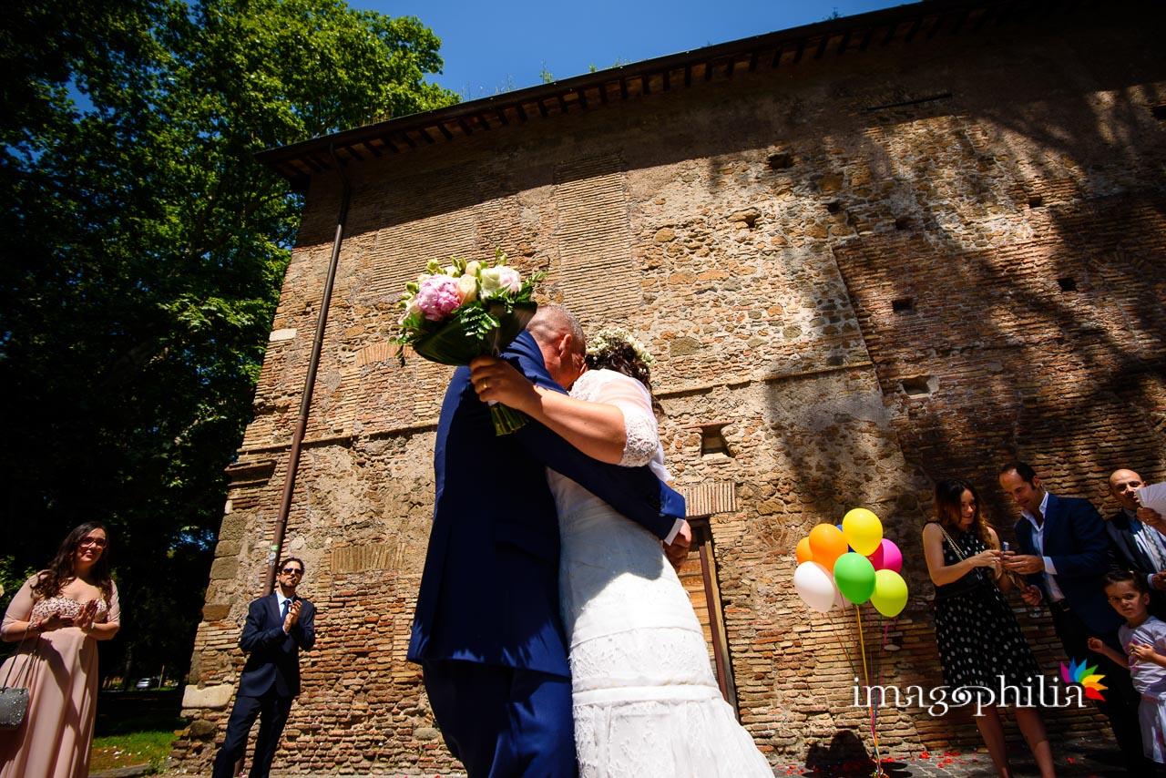 Bacio tra gli sposi al termine del matrimonio civile nel Complesso Vignola Mattei (Chiesa sconsacrata di Santa Maria in Tempulo a Caracalla, Roma) / 1