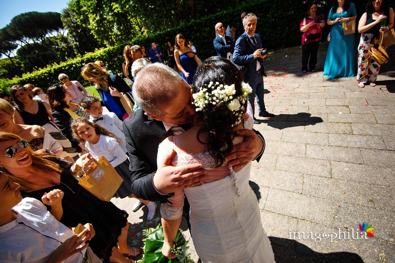 Baci e abbracci al termine del matrimonio civile nel Complesso Vignola Mattei (Chiesa sconsacrata di Santa Maria in Tempulo a Caracalla, Roma) / 1